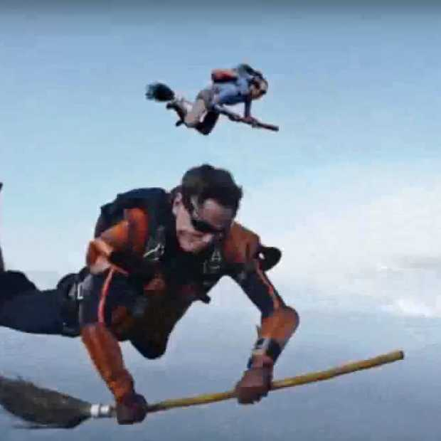 Heel cool: skydivers spelen Zwerkbal