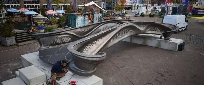 De 3D-geprinte stalen brug in Amsterdam is klaar voor plaatsing