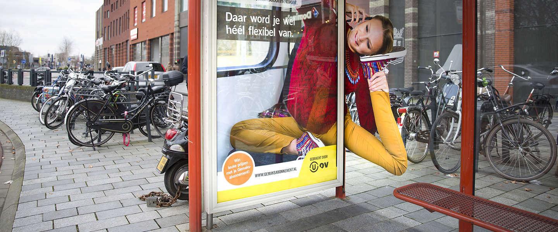 OV-reizigers worden geprankt door een wel heel lenige oma