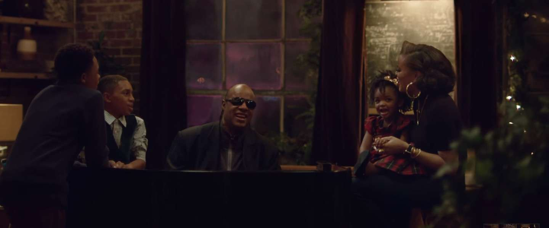 Kerstcommercial van Apple met Stevie Wonder