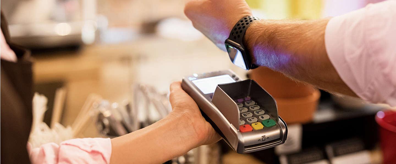 Steeds meer Nederlanders betalen met smartphone of wearable