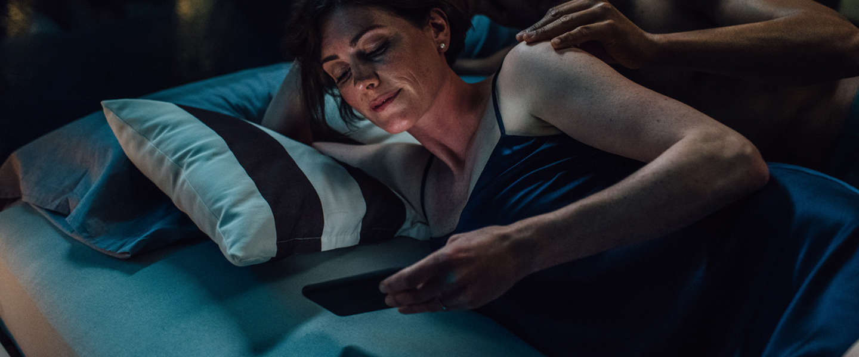 Nederlanders zijn in bed meer met smartphone bezig dan met hun partner