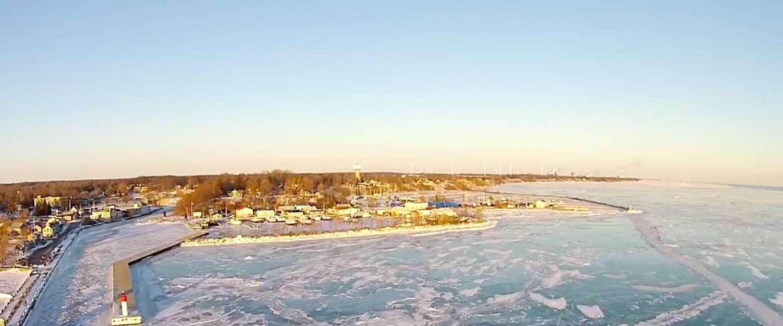 Prachtige drone beelden uit Canada van een bevroren meer