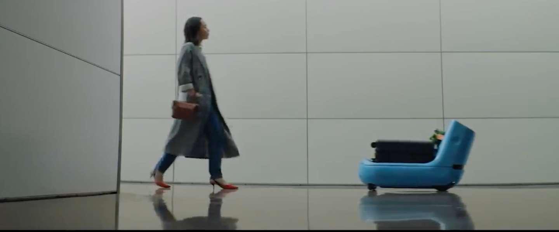 KLM's Care-E robot draagt met alle liefde je koffer voor je