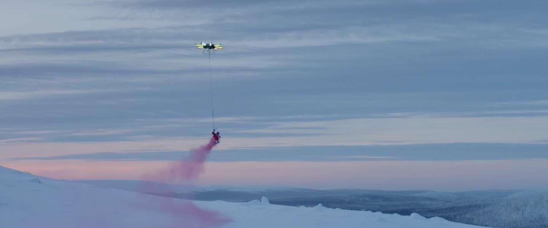 Gigantische drone laat Casey Neistat en z'n snowboard vliegen