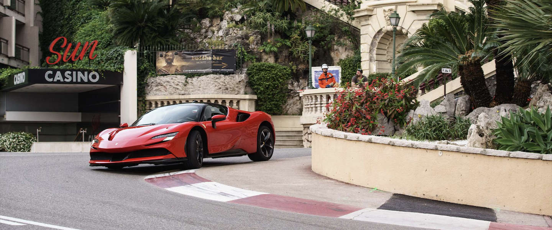 Charles Leclerc doet verlaten Monaco in een Ferrari SF90 Stradale