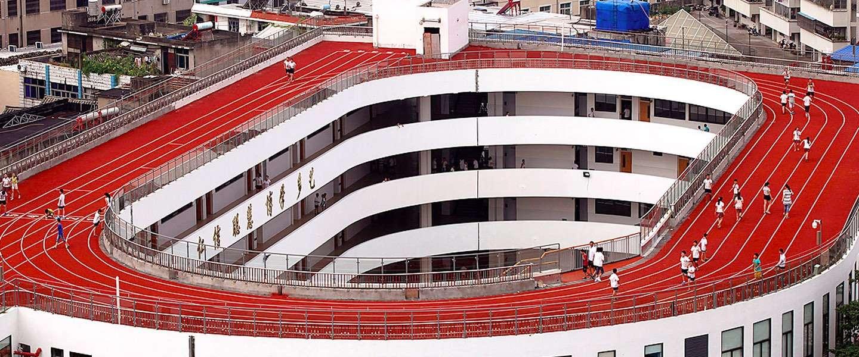 Chinese school bouwt running track op dak van school