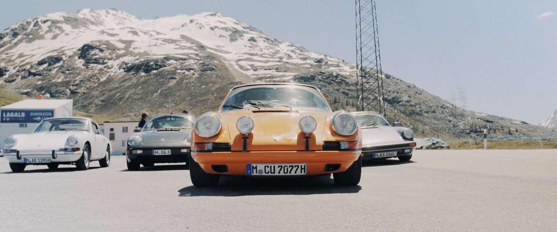 Adembenemende beelden van 9 Porsches tijdens een rit door de Alpen