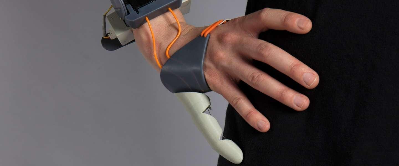 Deze prothese geeft je een derde duim en is helemaal cool