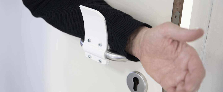 Met deze 3D-printbare bevestiging kun je deuren handsfree openen