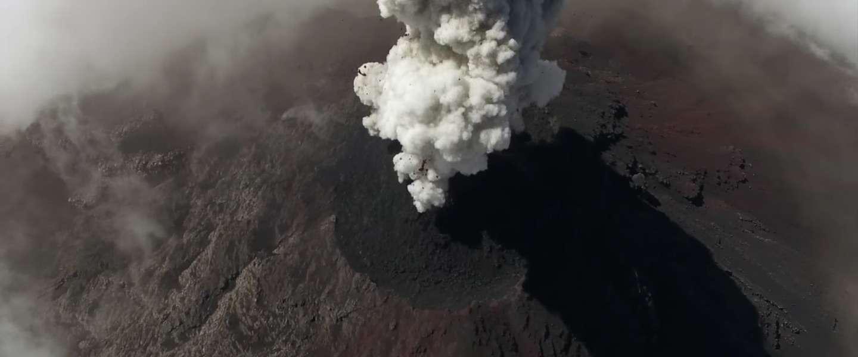 Drone-beelden van een vulkaanuitbarsting brengen je dichterbij dan ooit