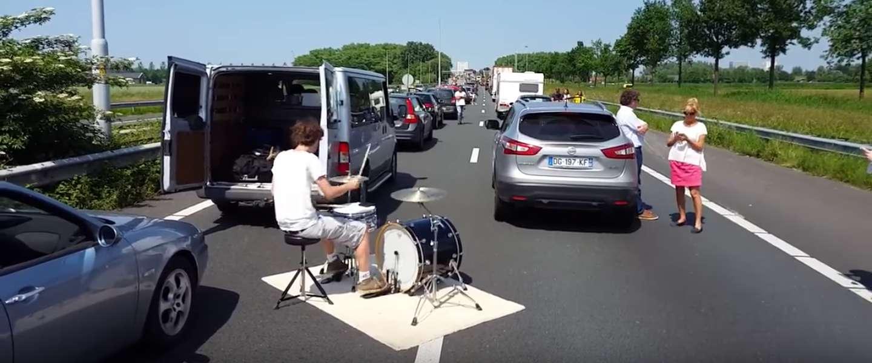Nederlandse drummer gaat los op snelweg tijdens file