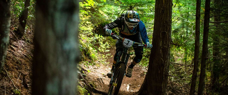 Duizelingwekkende beelden van een mountainbiker tijdens de Enduro World series #Crankzilla