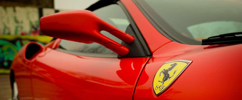 Instagrammer in problemen na foto met schoenen op Ferrari