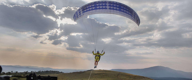 Paraglidingstunt met een van de nieuwe Volvo Trucks