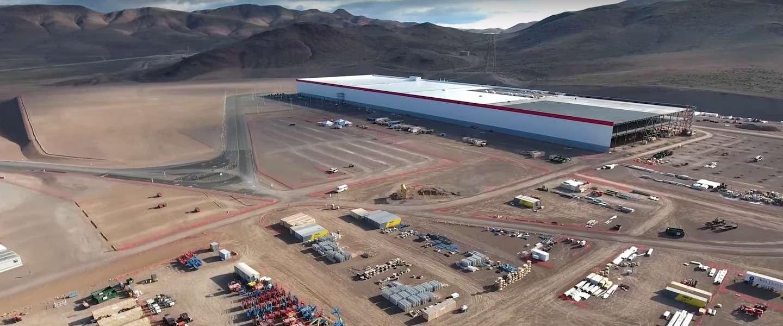 Drone toont de bouw van Tesla's nieuwe gigafabriek in Nevada