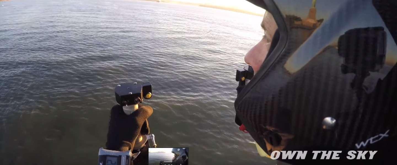 JetPack piloot vliegt om vrijheidsbeeld in New York