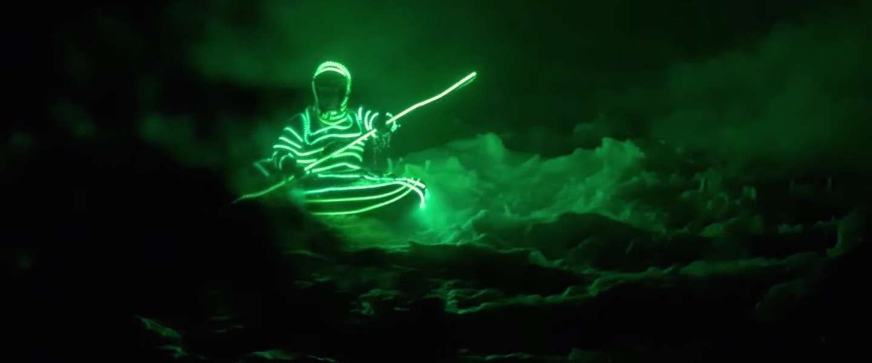 Spectaculaire beelden: kajakken in de nacht met LED-verlichting