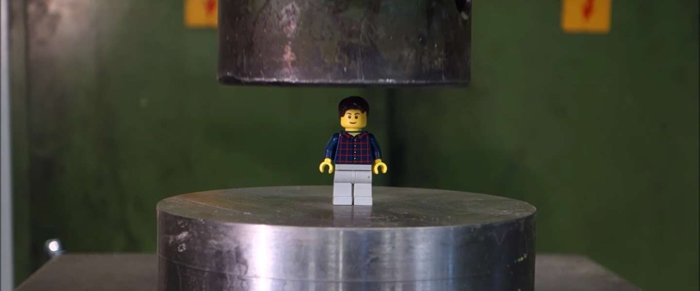 Slim Lego-poppetje vs hydraulische pers
