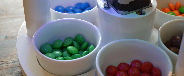Nederlandse TU-student bouwt M&M's sorteermachine - omdat het kan