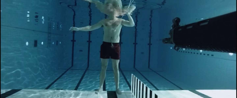 Man schiet onderwater op zichzelf met geweer