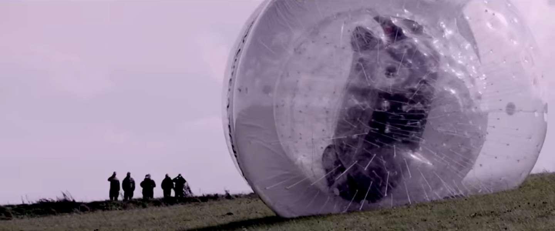 Nissan rolt NOTE in een gigantische bal (CarZorb) van een berghelling