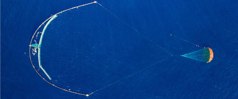 De plasticvanger van Boyan Slat veegt succesvol plastic op