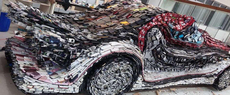 Kunstenaar maakt van 25.000 oude telefoons een auto!