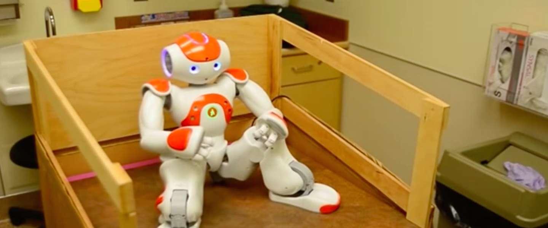 Robot MEDi helpt kinderen tijdens het bloedprikken