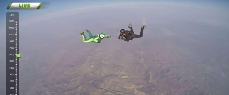Skydiver maakt vrije val van 7,6 km zonder parachute