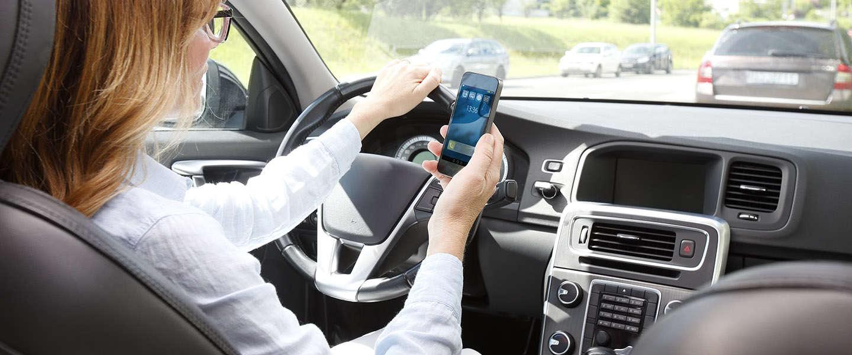 Smartphonegebruik en bumperkleven grootste irritaties op de weg