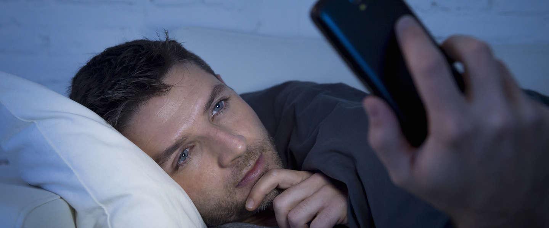 Dit gebeurt er wanneer je je smartphone checkt voordat je gaat slapen