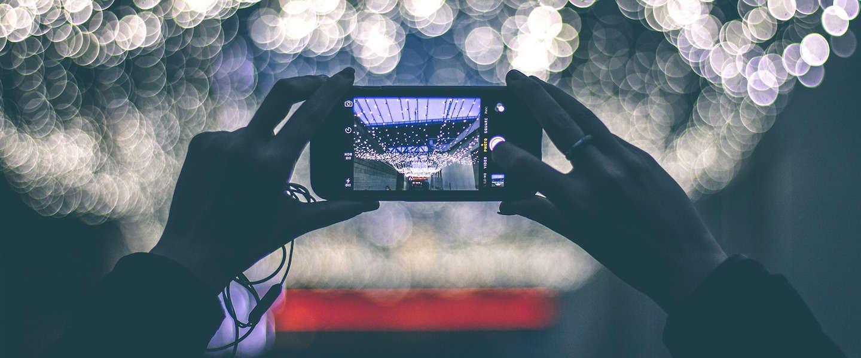 Kijken naar smartphone in het donker kan schadelijk zijn voor je ogen