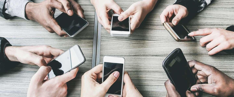 Alle smartphones zijn toch hetzelfde, dus kopen we er minder