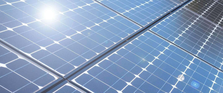 Elon Musk gaat hele daken met zonnepanelen bouwen