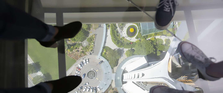 Deze toren heeft de eerste ronddraaiende glazen vloer van de wereld!