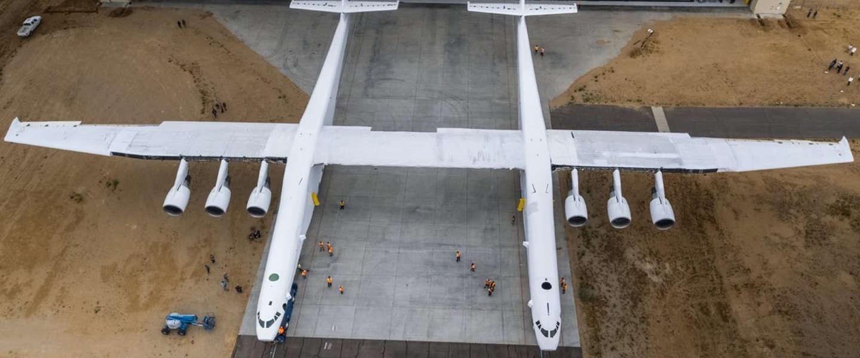 Grootste vliegtuig ter wereld brengt satellieten naar de ruimte