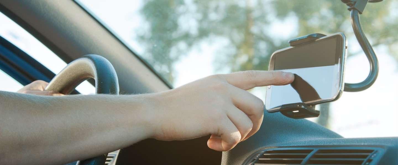 """""""Je telefoon bedienen op het dashboard ook strafbaar"""""""