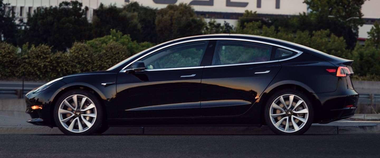Dit is hem: de eerste Tesla Model 3 die van de band is gerold