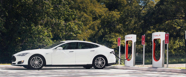 Tesla's laden binnenkort misschien sneller op dan wij tanken