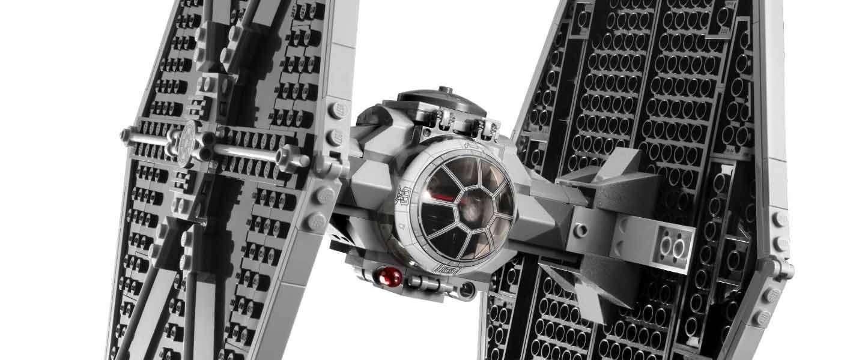 Asteroïd versus een Lego TIE Fighter