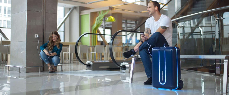 De Travelmate robot-rolkoffer rijdt zelf achter je aan