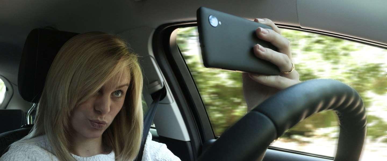Een op de vier jongeren in Europa maakt gevaarlijke 'selfies' tijdens het rijden