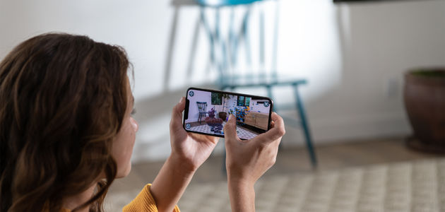 Apple-iPhone-Xs-hands-screen-09122018