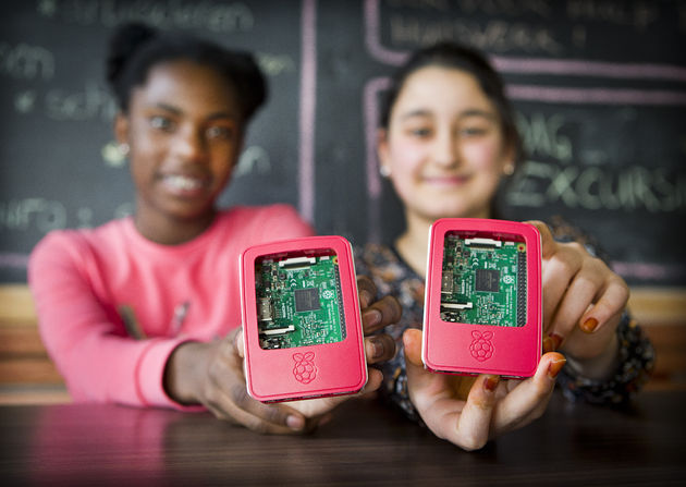 CyberPi-leerlingen-Senanur-en-Aaliyah-tonen-de-Raspberry-Pi-foto-Anko-Stoffels