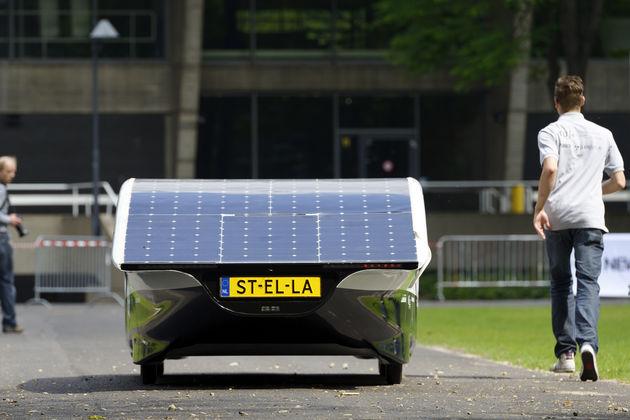 De zonneauto van TU Eindhoven mag de openbare weg op