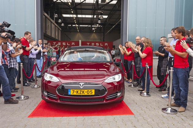 Eerste Tesla Model S rijdt in Tilburg de fabriek uit