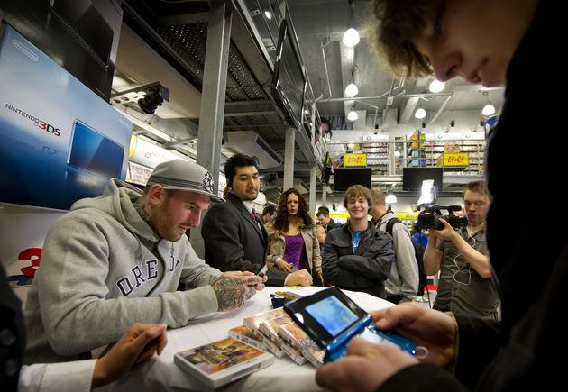 Fans laten Nintendo 3DS signeren door Ben Saunders
