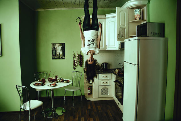 girl-standing-upside-down-from-the-roof