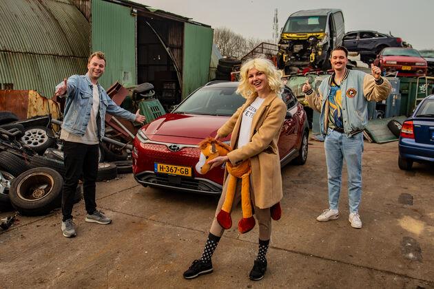 Julia-met-Tom-Bram-en-haar-nieuwe-auto